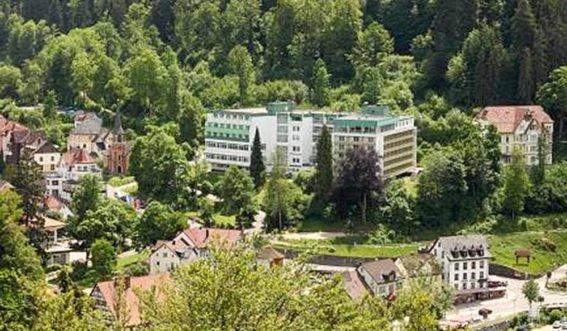 Blick auf das Klinikgebäude am Waldrand