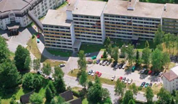 Mehrstöckiges großes Klinikgebäude