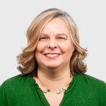 Porträtfoto einer Frau mit mittelblonden schulterlangen Haaren