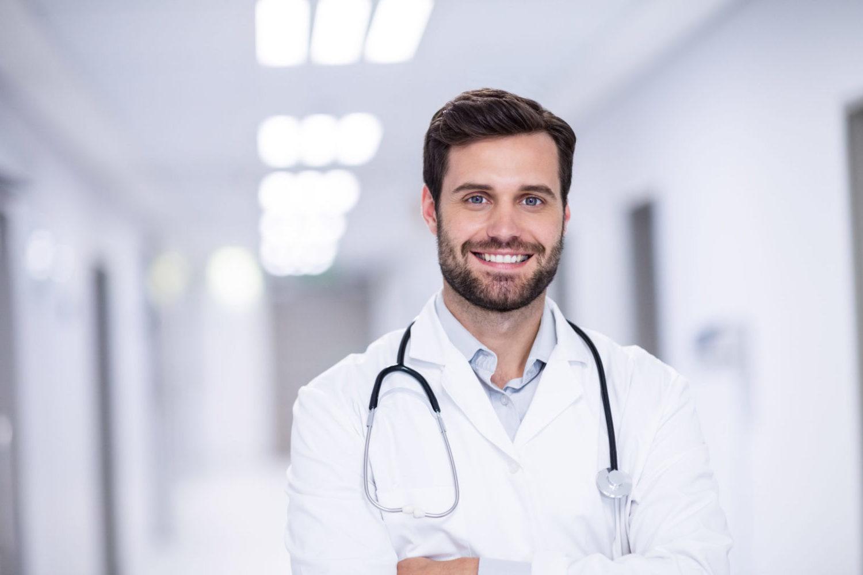 Arzt im Krankenhausflur