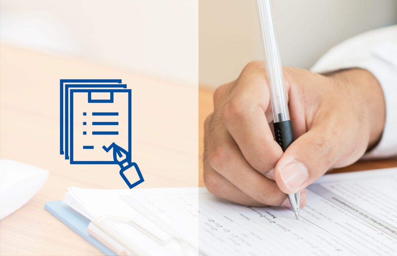 Männliche Hand mit weißem Kugelschreiber beschriftet ein Formular auf dem Klemmbrett