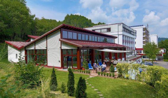 Klinikgebäude am Waldrand
