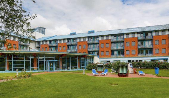 Gebäudeansicht Hamm-Kliniken - Klinik Nordfriesland im Sommer