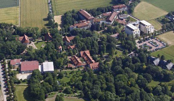 Luftaufnahme des Klinikgebäudes und Kurparks Bad Oexen