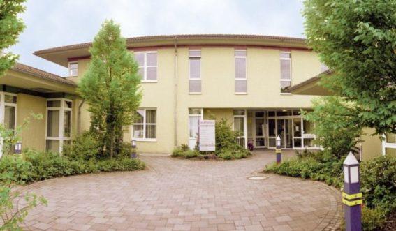 Eingangsbereich zum gelben Gebäude