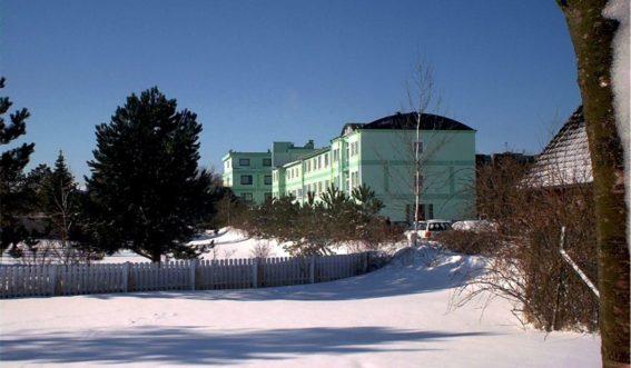 Gebäudeansicht der Nordsee-Fachklinik Sonneneck im Schnee