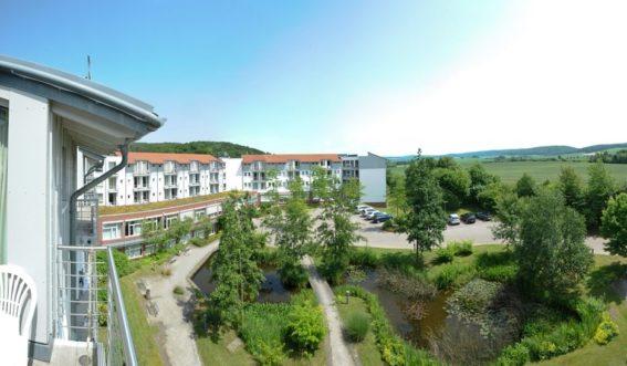 Panoramablick über die Paracelsus-Klinik am See mit Gartenteich