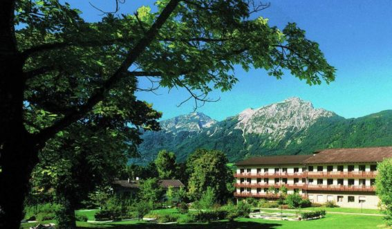 Gebäudeansicht des Reha-Zentrum Bayerisch Gmain vor Bergpanorama