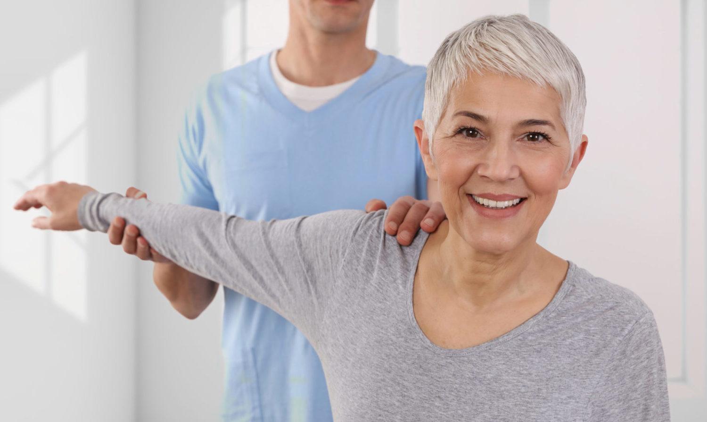 Grauhaarige Patientin während einer chiropraktischen Anwendung