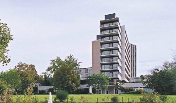 Mehrstöckiges Gebäude mit grüner Wiese