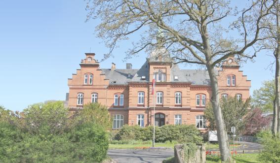 Gebäudeansicht Rehaklinik Schloss Schönhagen im Frühling