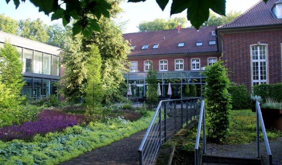 Rotes Backsteingebäude mit Garten